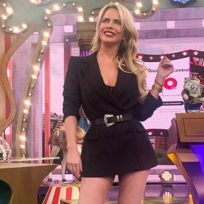 Blazer corto y mirada al frente: el look de Alejandra Maglietti (para el infarto)