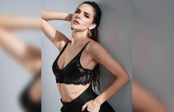 Con la espalda al descubierto, Julieta Nair Calvo disfrutó de un día primaveral a pura sensualidad