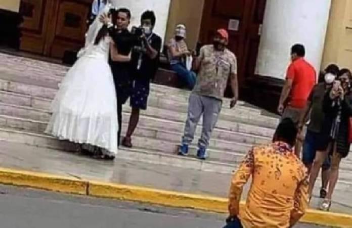 Viral: joven se arrodilla fuera de la iglesia y le ruega a su ex que no se case