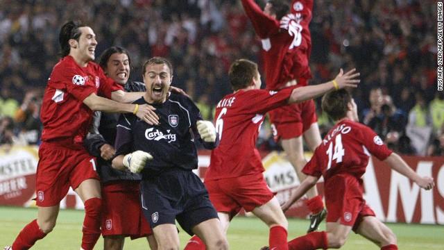 Le gardien polonais de Liverpool Jerzy Dudek (C) célèbre entouré de coéquipiers à la fin de la finale de football de la Ligue des Champions contre l'AC Milan.