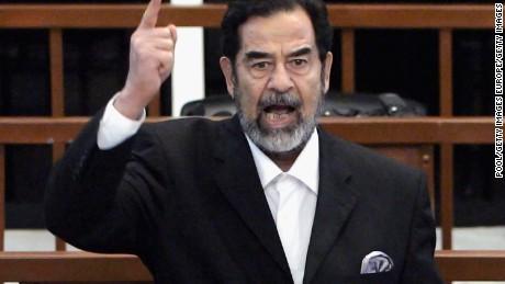 الرئيس العراقي السابق صدام حسين وهو يتلقى حكمه بالذنب أثناء محاكمته في المنطقة الخضراء المحصنة & quot؛ في 5 نوفمبر 2006 في بغداد ، العراق.