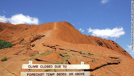 Ein Schild erklärt den Aufstieg nach Uluru