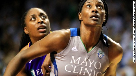 Forget the NFL ... women's basketball players take powerful stand on social justice