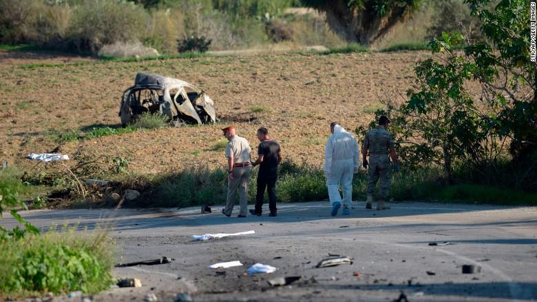 Polizei und kriminaltechnische Experten inspizieren das Wrack einer Autobombe, von der angenommen wird, dass sie die Journalistin und Bloggerin Daphne Caruana Galizia getötet hat.