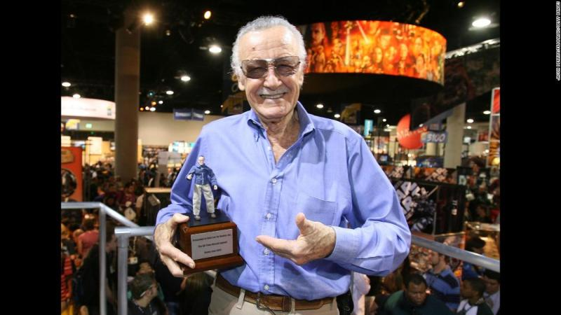 """Stan Lee holds the """"All Time Marvel Legend Award"""" that was given to him at Comic-Con in 2007."""