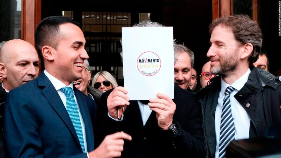 Luigi Di Maio (L) scherza con i fondatori del M5S Beppe Grillo (nascosto) e Davide Casaleggio (R) a gennaio.