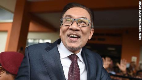 Anwar Ibrahim accueille ses partisans après sa libération de la réhabilitation de l'hôpital Cheras à Kuala Lumpur le 16 mai 2018.