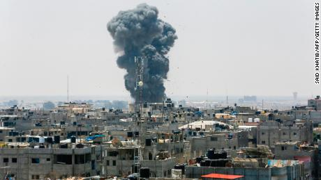 The UN urges Israel and Gaza to withdraw from the brink of war.