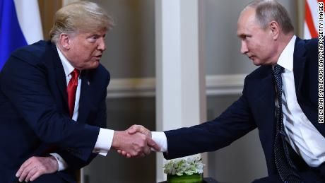 Le président américain Donald Trump serre la main du président russe Vladimir Poutine avant le sommet d'Helsinki en juillet 2018.