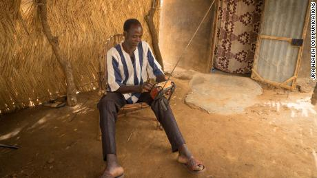 Tibandiba Lankoandé tunes his radio.