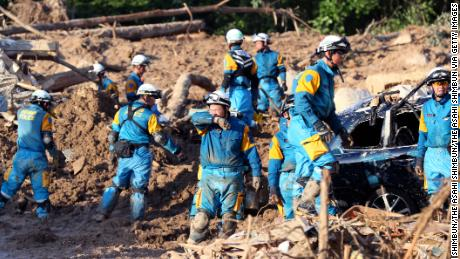 Les secouristes qui ont encore à faire face aux conséquences des glissements de terrain meurtriers et des inondations sont particulièrement menacés en raison des températures caniculaires.
