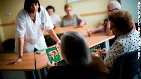 Todas las personas mayores necesitan un examen cognitivo, dice la Asociación de Alzheimer