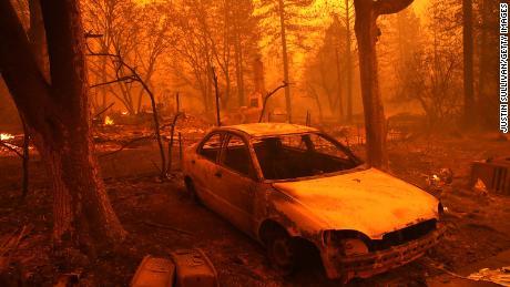 Eine unbekannte Anzahl von Häusern und Gebäuden im Paradies wurde durch das Lagerfeuer zerstört.