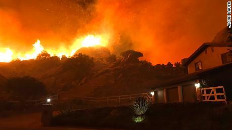 Das Woolsey-Feuer in Südkalifornien explodierte am Donnerstag über Nacht.