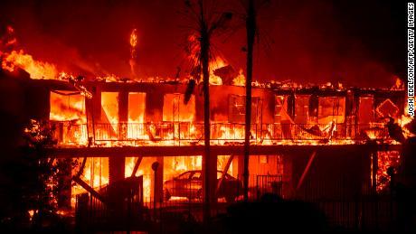 Eines der kalifornischen Waldbrände wuchs so schnell, dass jede Sekunde ein Fußballfeld verbrannte