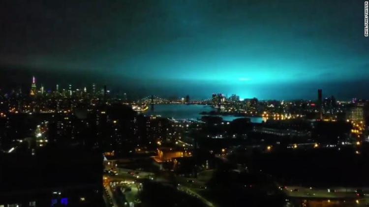La luce blu dell'esplosione del trasformatore, vista da Brooklyn.