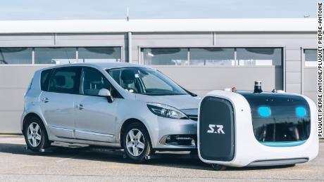 Présentation du robot-voiturier à l'aéroport de Lyon Saint Exupéry par la compagnie Stanley Robotics. Enlévement de la voiture avant de la garer sur une place de parking.