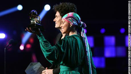 John Mayer and Alicia Keys show the Grammy they split