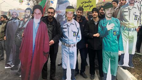 Los manifestantes llevan imágenes de cartón de tamaño real de figuras revolucionarias icónicas, incluido el Líder Supremo Rouhallah Jomeini.