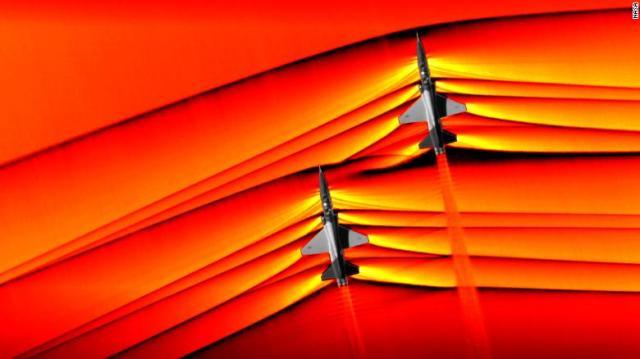 Usando la tecnica della fotografia schlieren, la NASA è stata in grado di catturare le prime immagini aria-aria dell'interazione delle onde d'urto da due aerei supersonici che volano in formazione.
