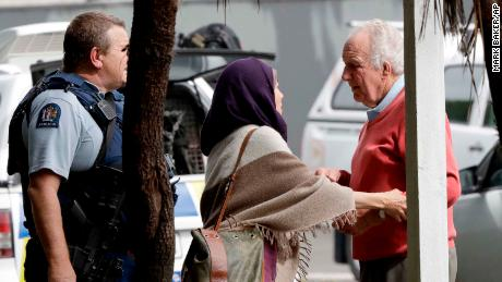 La police escorte les gens à l'extérieur d'une mosquée dans le centre de Christchurch après la fusillade.