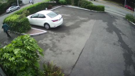 Des images de la sécurité à Christchurch montrent un suspect tiré depuis sa voiture contre des personnes