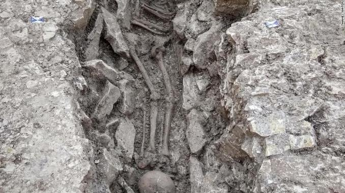 A skeleton found with its skull placed at its feet.