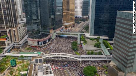 Demonstranten besetzen die Straßen, die den Komplex des Legislativrats im Zentrum von Hongkong umgeben.