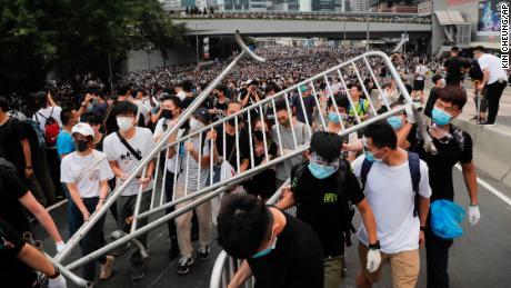 Demonstranten tragen Barrikaden, als sie zum Legislativrat marschieren.