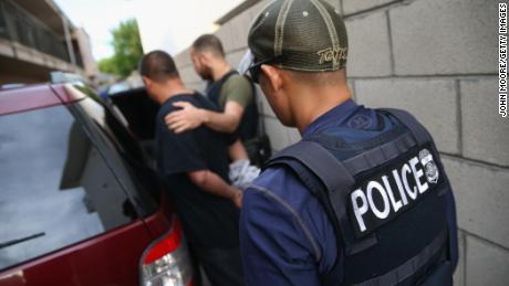 Es drohen ICE-Überfälle. In Panik geratene Einwanderer überspringen die Arbeit, verstecken sich und machen sich auf das Schlimmste gefasst