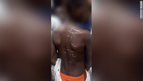 ตำรวจไนจีเรียช่วยชีวิตผู้คนมากกว่า 300 คน - ส่วนใหญ่เป็นเด็ก - ถูกกักขังใน & quot; ลดความเป็นมนุษย์ & quot;  ระหว่างการจู่โจมโรงเรียนในคาดูนาเมืองอาบูจาเมืองหลวงของไนจีเรียไปทางเหนือประมาณ 150 กม.