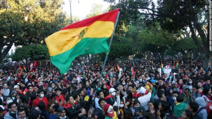La gente protesta por los resultados de las elecciones en Sucre, Bolivia, el 22 de octubre de 2019.