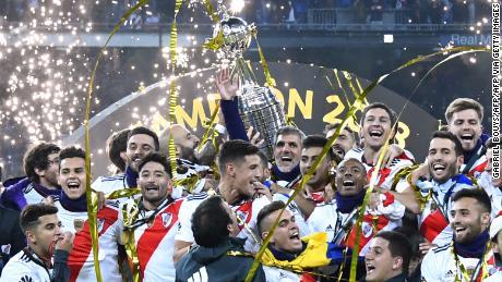 Il River Plate sarà difendere il titolo dopo aver battuto la nazionale rivali del Boca Juniors, a Madrid, in Spagna.