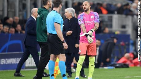 Kyle Walker del Manchester City si prepara ad andare in gol dopo Claudio Bravo è stato mostrato un cartellino rosso.