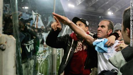 Lazio'avanti Paolo Di Canio gesticolando verso i tifosi Laziali.
