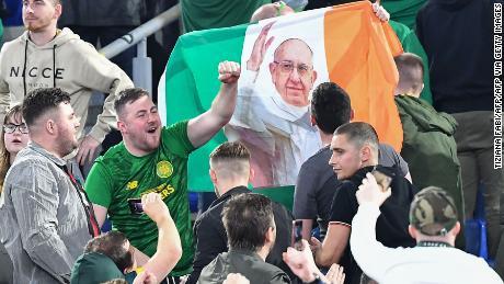 Celtic fan sventolare la bandiera dell'Irlanda, con una foto di Papa Francesco.