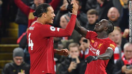 Il Liverpool'attaccante Senegalese Sadio Mane celebra con Virgil van Dijk (a sinistra) dopo aver segnato il suo lato's terzo gol nei primi anni della seconda metà del Chelsea.