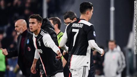 Ronaldo lascia il campo per essere sostituito da Dybala.