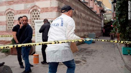 Agenti di polizia di indagare la scena di Le Mesurier's morte.