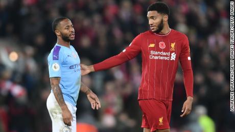 Raheem Sterling parla con Joe Gomez seguenti inglese di Premier League tra Liverpool e Manchester City domenica.
