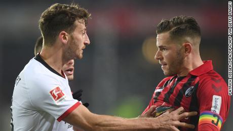 Abramo spinge Friburgo's difensore Christian Guenter.
