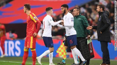 Joe Gomez è stato fischiato dai tifosi inglesi come è venuto nella seconda metà.