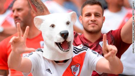 Gli appassionati di Argentina's team River Plate tifare prima dell'inizio della Copa Libertadores finale.