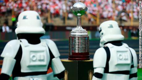 """'Star Wars"""" stormtroopers anche giocato la loro parte durante il pre-partita prima Copa Libertadores finale."""