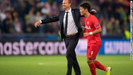 Marcia (L) festeggia con Hee-chan Hwang dopo Salisburgo's 6-2 su Genk in Champions League.