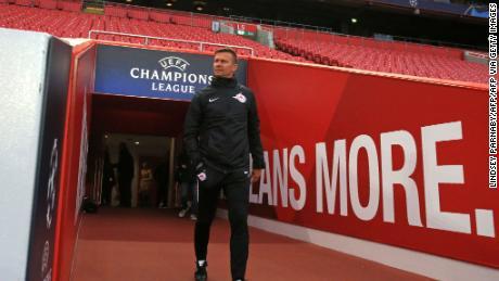 Marcia, esce dal tunnel di prendere una squadra sessione di allenamento del Chelsea avanti di Salisburgo's Champions League contro il Liverpool nel mese di ottobre.