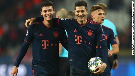 Robert Lewandowski si congratula con il compagno di squadra, il Bayern Benjamin Pavard.
