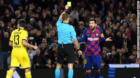 Messi riceve un cartellino giallo per le immersioni su uno storico di notte per l'Argentino.