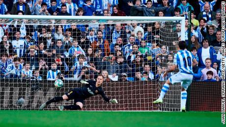 Mikel Oyarzábal mette Real Sociedad in vantaggio con il calcio di rigore.