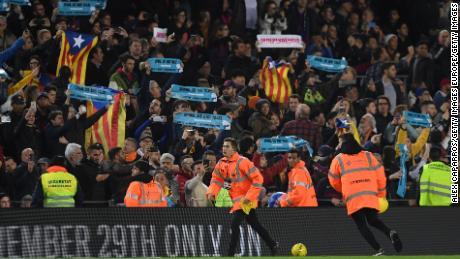 """Giallo palloni da calcio sono gettati in campo in segno di protesta, come i fan tenere """"Spagna, Sedersi e Parlare"""" banner."""